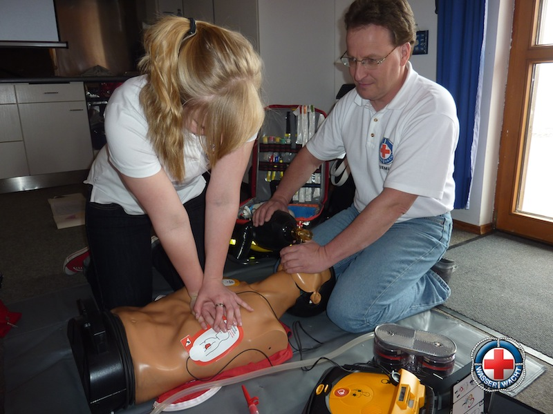 Aktive Mitglieder am Defibrillator geschult